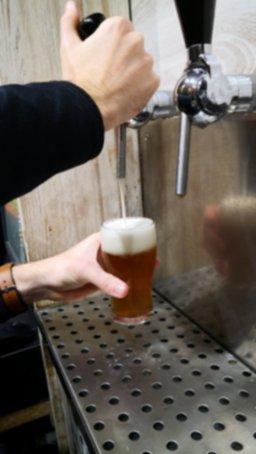 escanciar cerveza